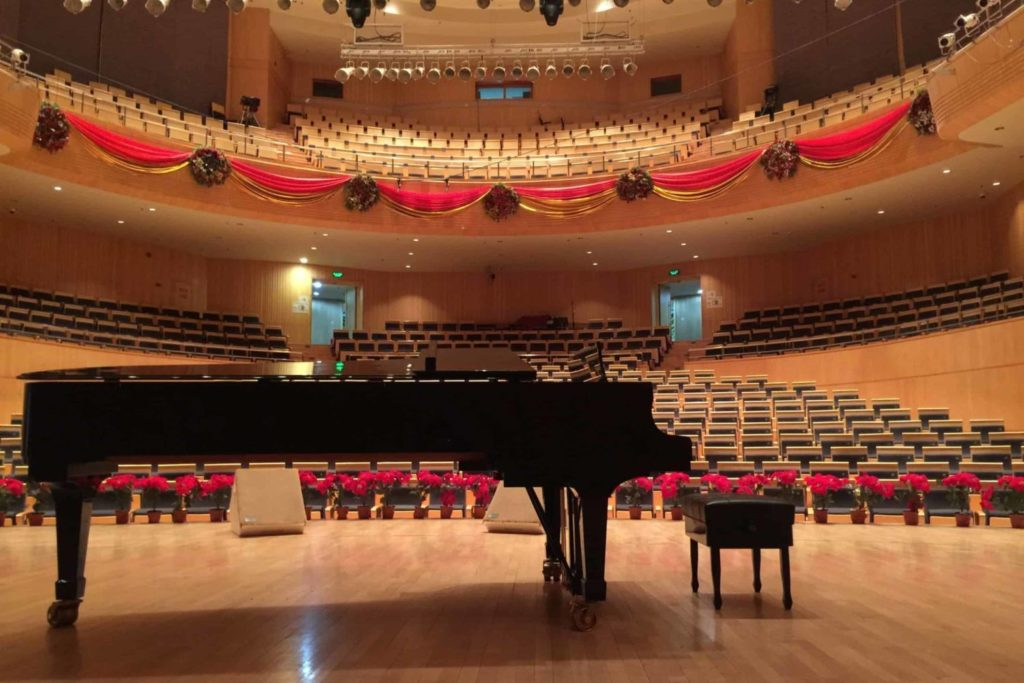 Salle de concert avec piano