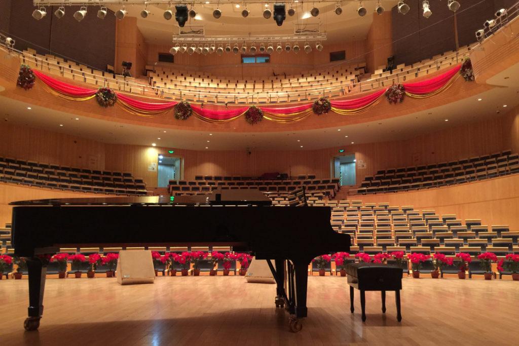 Sala de concierto con un piano
